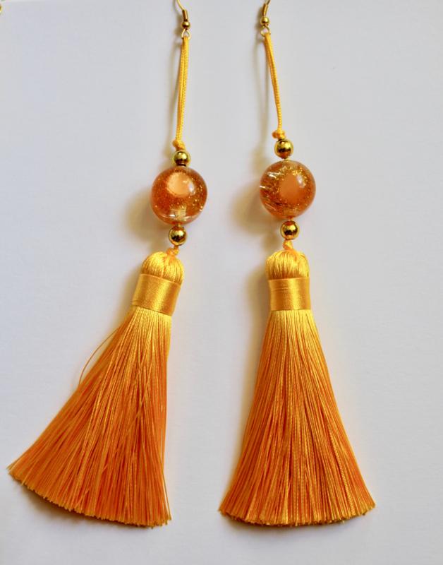 Statement luxe oorbellen met grote GOUD GELE kwasten en GELE  en GOUDEN glinster kralen - XL Extra Long - Statement earrings with big tassels GOLDEN YELLOW, with GOLDEN and glitter GOLD beads