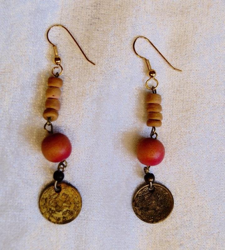 Oorbellen met gekleurde kralen en antieke munt - O6 - 1 pair of earrings with colored beads and antique coin