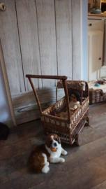 Oude rieten poppenwagen
