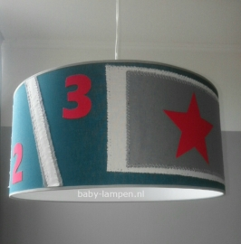 Stoere lamp babykamer petrol en rode ster met cijfers