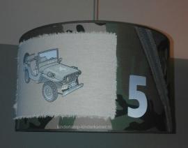 Stoere legerlamp babykamer met jeep