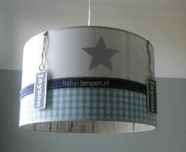 Stoere lamp babykamer  Jayson met labels en steigerhout