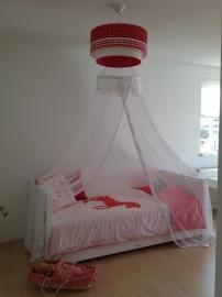lamp babykamer met rode stippen en ruit en wit bandje