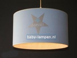 lamp babykamer lichtblauw met 3x ster en naam ruitje binnenkant