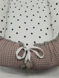 babynestje oudroze wafelkatoen en zwarte stippen