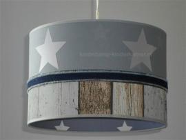 lamp babykamer grijs met sterren en steigerhout behang