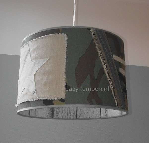 stoere legerlamp babykamer met grijs steigerhout