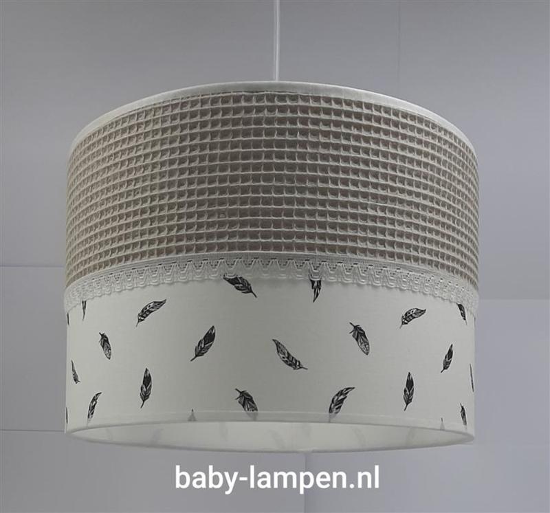 lamp babykamer beige wafelstof en veertjes