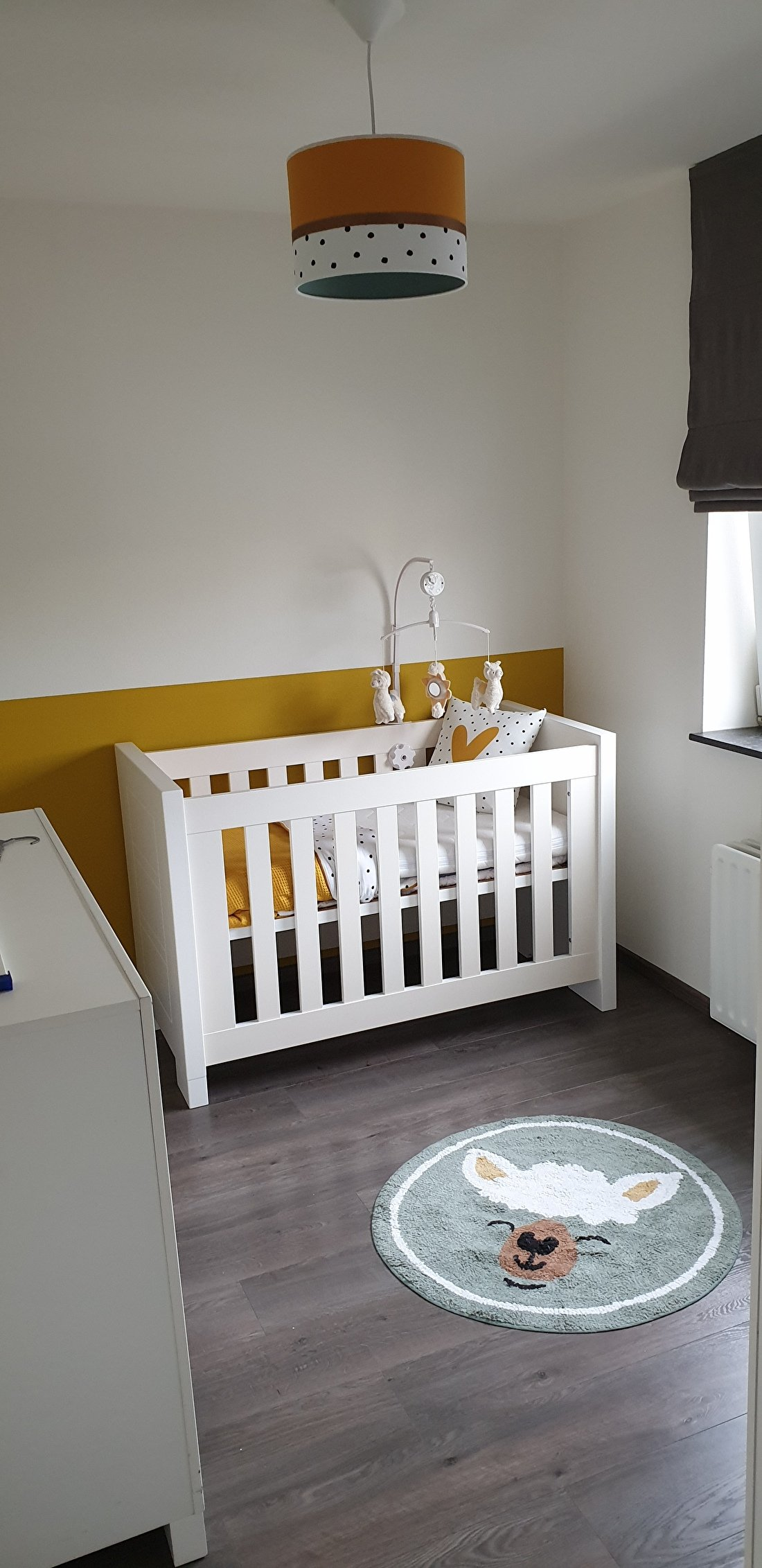babykamer oker geel