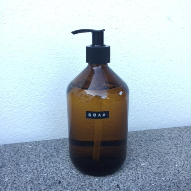 zeeppomp van glas met label: Keep calm and wash hands