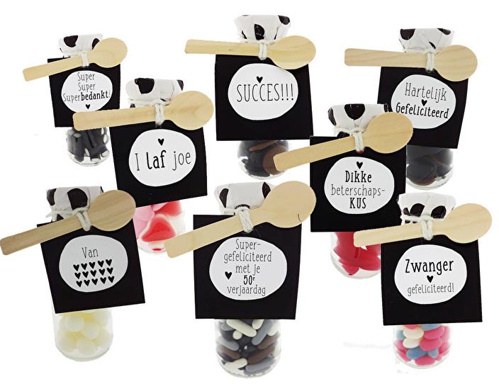 flesjes met snoep en label