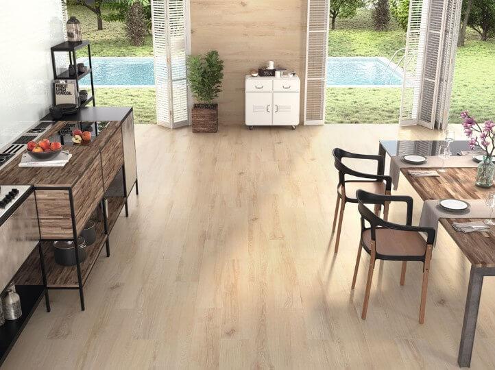 Vloer met lichte houtlook tegels