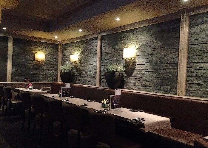 Restaurant met steenstrips