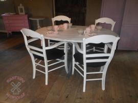 Tafel met 4 stoelen