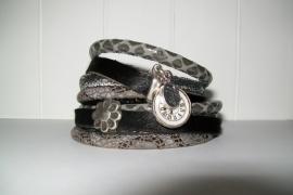 Armband leer grijs/zwart slangenprint klokje