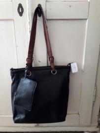 Zwarte tas met bruine accenten.