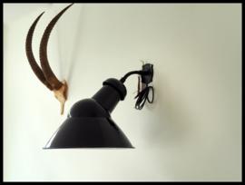 Mooie grote zwart emaille asymmetrische industriële wandlamp (1 beschikbaar)