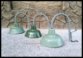 VERKOCHT! industriële wandlamp, stoere groen emaille lamp aan fraaie beugel. (meerdere beschikbaar)
