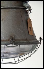 GERESERVEERD Industriële lamp , middelgrote grijze fabriekslamp met bolglas en gaas.