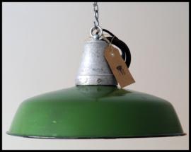 Industriële emaille lamp, machine groen (nog 2 beschikbaar)!