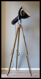 Statief lamp met zwart emaille Bauhaus lamp. (2 beschikbaar)
