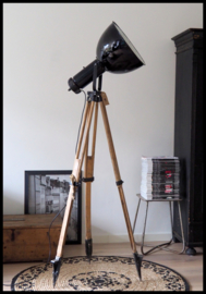 Prachtig stoere zwart industriële statief lamp. Bauhaus! (4 beschikbaar)