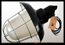 Industriële korflamp, zwart emaille kap, opaal/melk glas.  wandbevestiging.