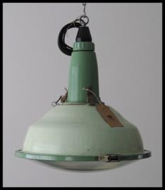 Lichtgroen industriële lamp CCCP, bijzonder middelgroot model. (nog 1 beschikbaar)