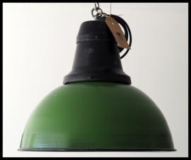 Zeldzame middelgrote industriële lamp in zeer mooie machinegroene kleur (8 beschikbaar)