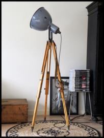 Prachtig stoere blauwgrijs industriële statief lamp. zeldzaam model (3 beschikbaar)