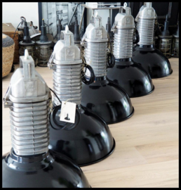 Zeer zeldzame zwarte emaille industriële Philips lamp HDK ,  collectorsitem in mooie staat! (8 beschikbaar)
