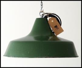 Mooie middelgrote industriële lamp in mooie donkergroene kleur (6 beschikbaar)