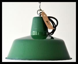 Groen emaille industrielamp, machinegroen in zeer mooie staat!