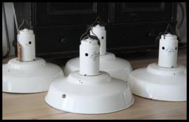Stoere grote industriële lamp uit 1965 in zeldzame witte  kleur (4 beschikbaar)