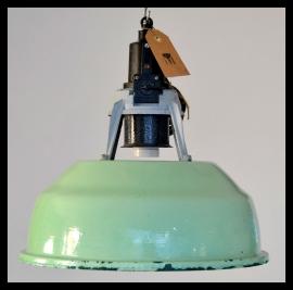 Lichtgroene industriële emaille hanglampen CCCP zeer mooie kleur, bijzonder model. (4 beschikbaar)