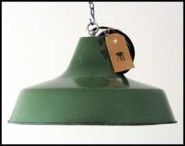 Mooie middelgrote industriële lamp in mooie groene kleur (5 beschikbaar)