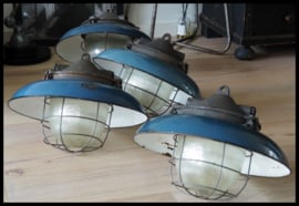 Zeer fraaie industriële bullylamp in mooi petrolblauw emaille ! (4 beschikbaar)