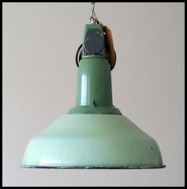 Lichtgroene industriële emaille hanglampen CCCP model 6, zeer mooie kleur, bijzonder model.