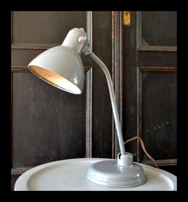 VERKOCHT! Oude grijze buro lamp, industriële tafellamp | Out
