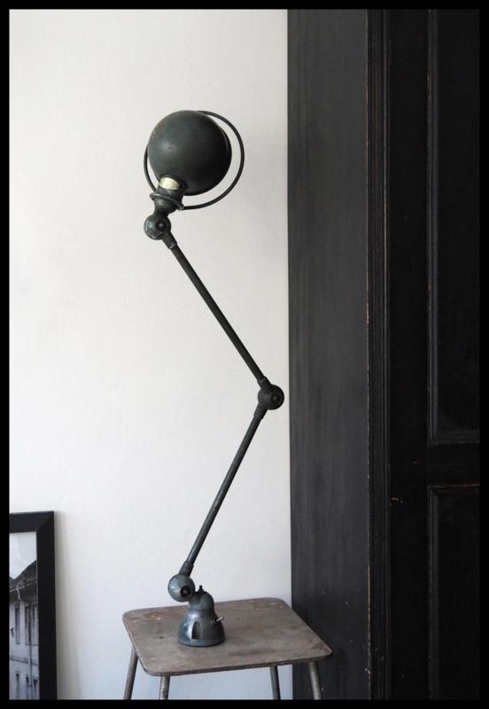 "Grijsgroene industriële werklamp ""JIELDE"", prachtige kleur. Mooi Patine"