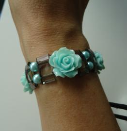 Grijze armband met mintgroene roosjes
