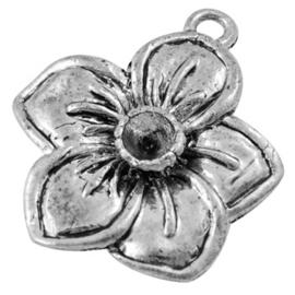 Antiek zilverkleurige bedel bloem