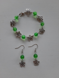 Armbandje met bloemen en groene acryl kralen