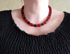 Zwart rode ketting met tonnetjeskralen