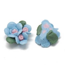 Porceleinen cabochon 3 bloemetjes lichtblauw met roze hartjes
