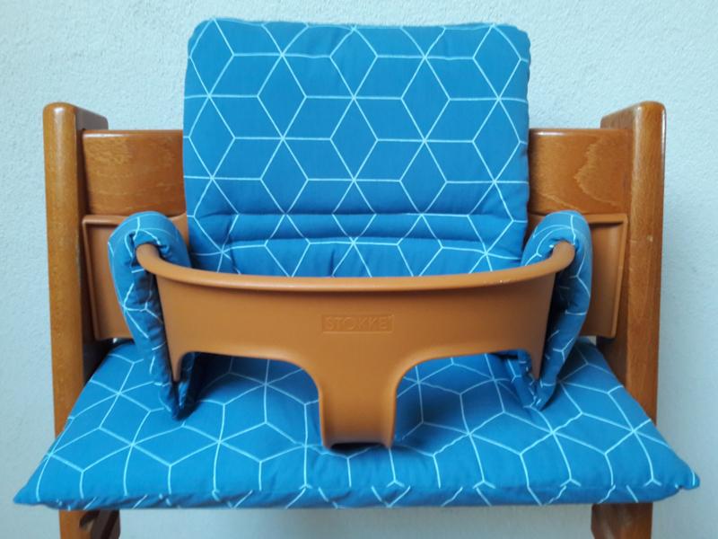 kussen / stoelverkleiner stokke tripp trapp  blauw geo