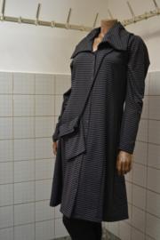 Jas/ jurk grijs mer druk knopen. Met tasje in zelfde kleur