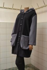 Boris Jas zwart/grijs met grote zakken. Capuchon. Half lang.