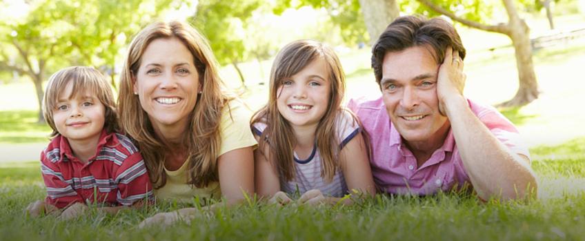 Happy family met 2 kinderen