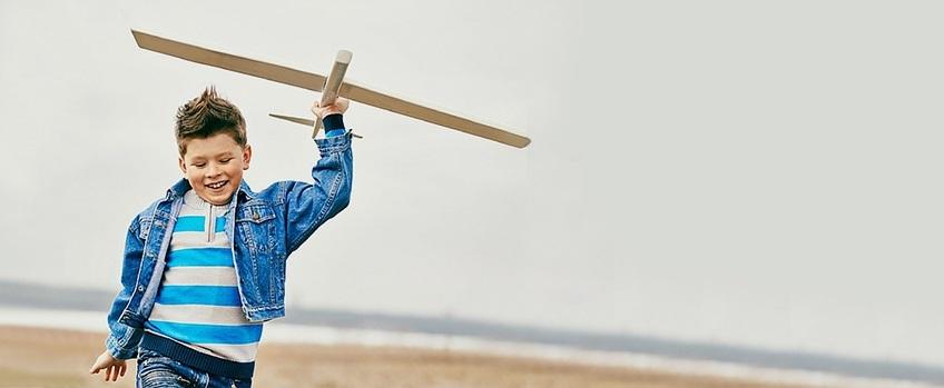 Jongen met zweefvliegtuig - Balans voor Kinderen